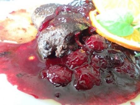 Гусиная печень в вишнево-винном соусе