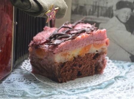 Десерт с красным вином